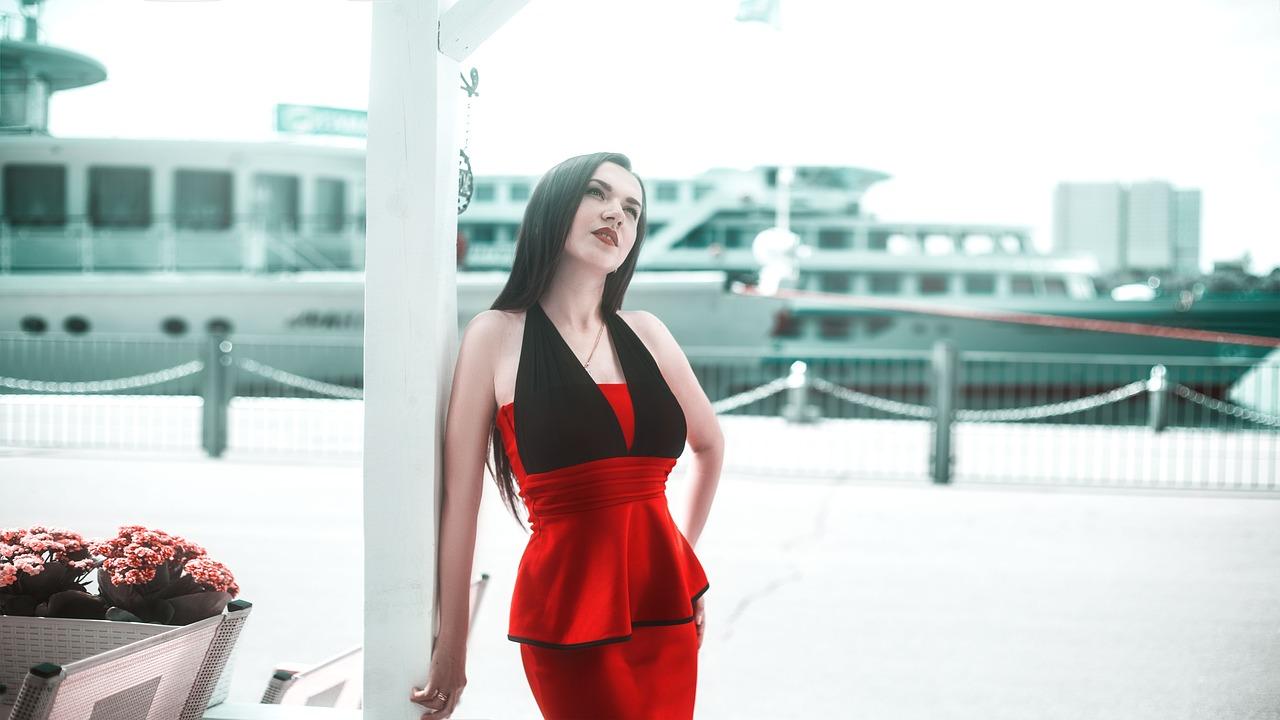 9e09f543ad Jakie dodatki do czerwonej sukienki wieczorowej  - Pabianice ...