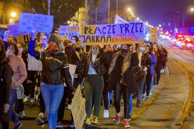 Dlaczego kobiety protestują? Co oznacza wyrok TK? (ROZMOWA